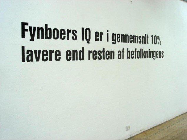 Naja Maria Lundstrøm: Average IQ  2007. Tekst på væg, 10 meter. Fra Den Cencurerede Fynske, Filosofgangen, Odense. Foto: Naja Maria Lundstrøm