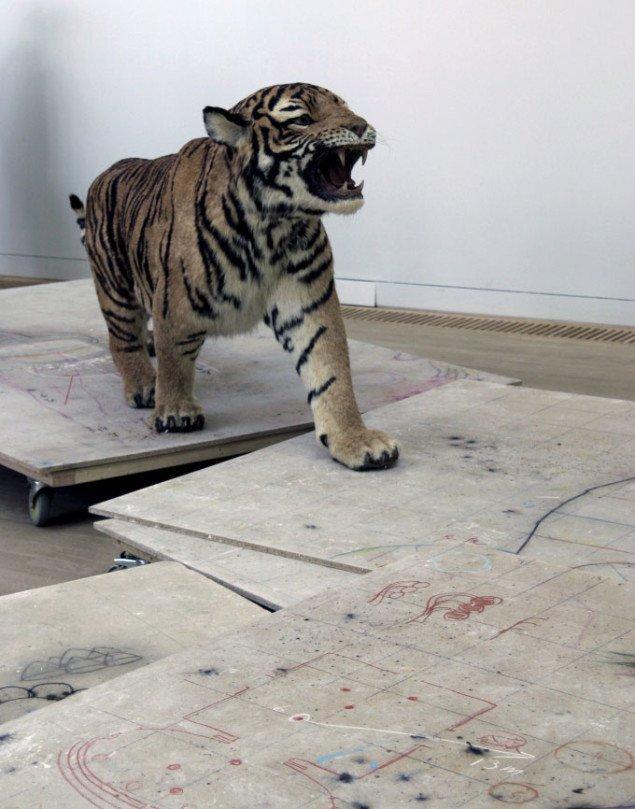 Huang Yong Ping: Commencer en tête de serpent et finir en queue de tigre, 1999. Foto: Maja Egelund