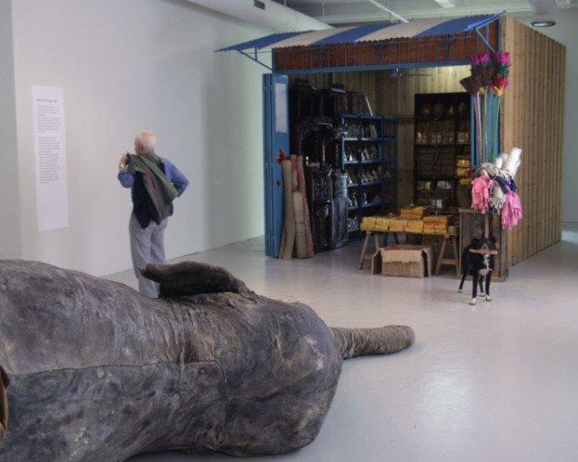 En vaskeægte, udstoppet elefant og souvenir-bod i Marché de Punya, Huang Yong Ping 2007. Foto: Maja Egelund