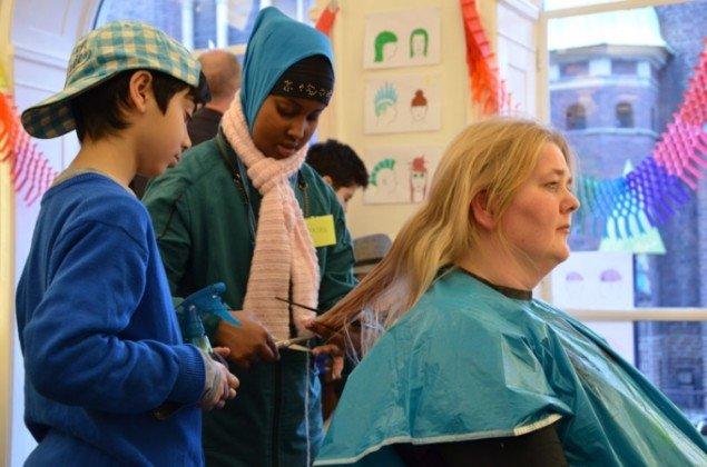 Mammalian Diving Reflex: Haircuts by Children, 2014. (Foto: Ellen Friis)