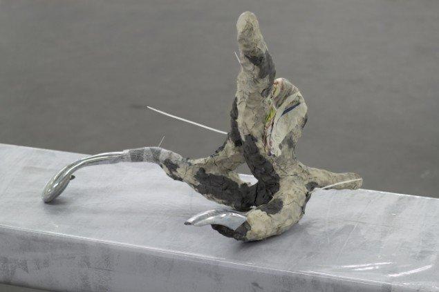 Rasmu Høj Mygind: Master, bathing  2014. Selvhærdende ler, hønsetråd, brusehoved, plastik, variable dimensioner. Foto: Henningsen Gallery
