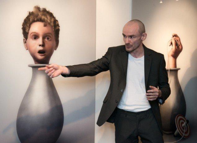 Ole Tersløse foran et af sine værker på Childish behavior i NBeX. På Galleri NB, 2014. Foto: Kurt Nielsen