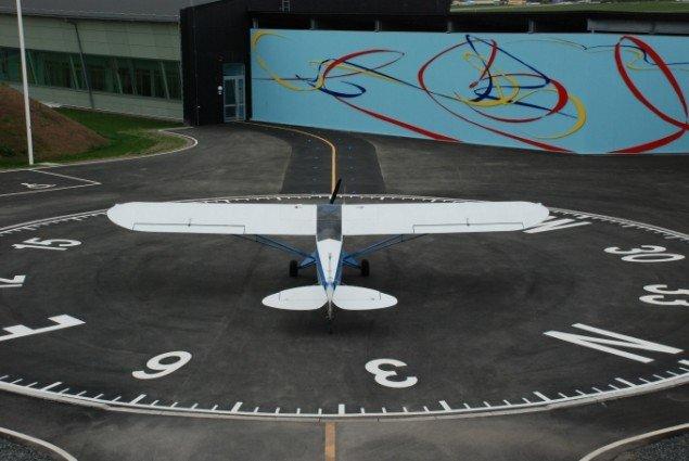 Fra projektet  Allemandsretten i luften - over hele Jorden 2009. Udsmykning. Pulverlakeret aluminium 6x30 m. Foto: Simone Aaberg Kærn