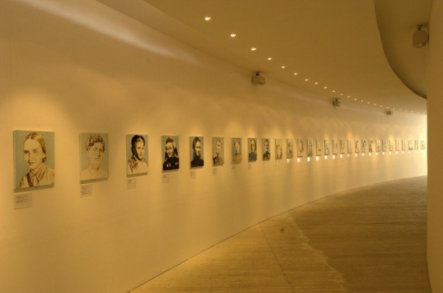 Installationsview fra Sisters in the Sky. 45 oliemalerier 30x60 cm, lyd og tekst om kvindelige piloter under Anden Verdenskrig. Foto: Simone Aaberg Kærn