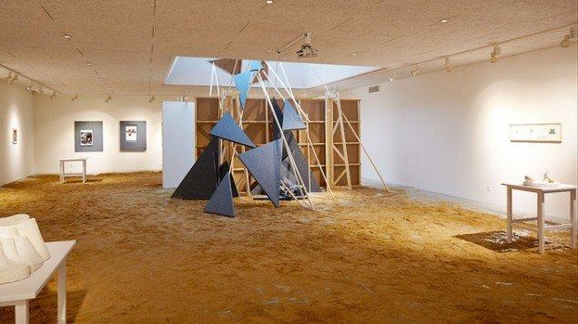 Udstillingsview. Centralt Heine Skjerning: Sommerfuglepagode, 2014. Byggematerialer. På Skulptur og pagode,Vestjyllands Kunstpavillon 2014. Foto: Heine Skjerning