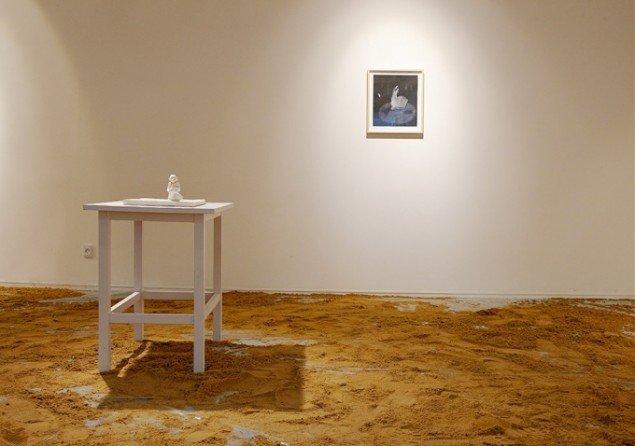Bianca Maria Barmen: Strandad, 2010. Bemalet gips. Bagerst The Year of the Hare, 2013. Gouache og tusch på papir. På Skulptur og pagode, Vestjyllands Kunstpavillon 2014. Foto: Heine Skjerning