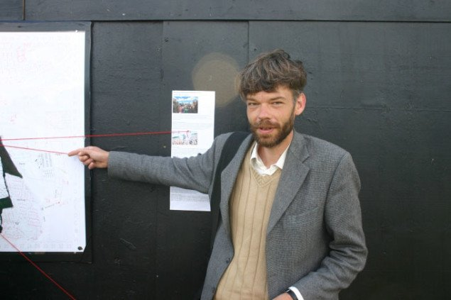 Kunstneren foran den alternative opslagstavle, foto: Kristian Handberg