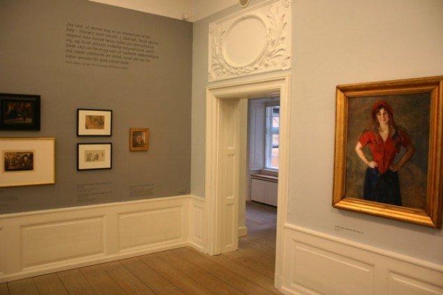 Udstillingsview med Malerinde Oda Krohg til højre. (Foto: Kristian Handberg)