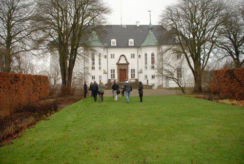 Plænen foran slottet skulle lægge græs til værket.