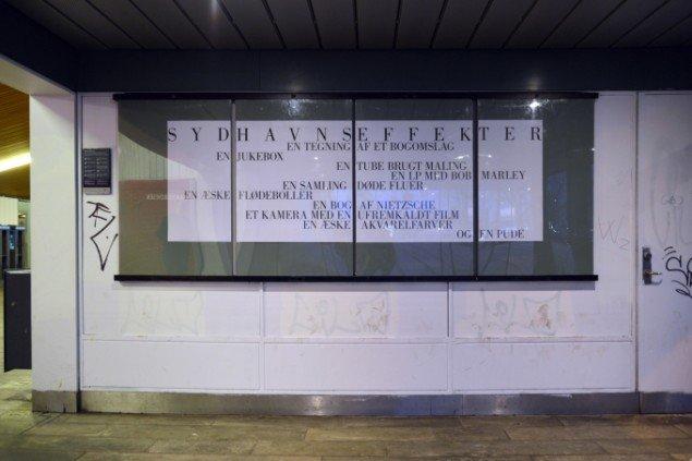 Installationsview: plakater v. indgangen til Sydhavn Station. Fra Sydhavnseffekter, Udstillingsstedet Sydhavn Station 2014. Foto: Lasse Krogh Møller