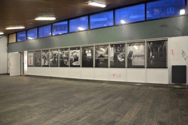 Installationsview: plakater, Kunsteren i sit atelier. På Sydhavnseffekter, Udstillingsstedet Sydhavn Station 2014. Foto: Lasse Krogh Møller