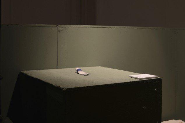 En tube brugt maling af Claus Ejner. På Sydhavnseffekter, Udstillingsstedet Sydhavn Station 2014. Foto: Lasse Krogh Møller