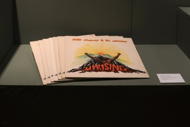 En LP m. Bob Marley af Thorgej Steen Hansen. På Sydhavnseffekter, Udstillingsstedet Sydhavn Station 2014. Foto: Lasse Krogh Møller