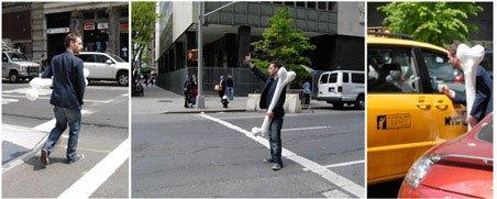 Papfar på vej gennem New York med pap-knoglen. Foto: Søren Behncke