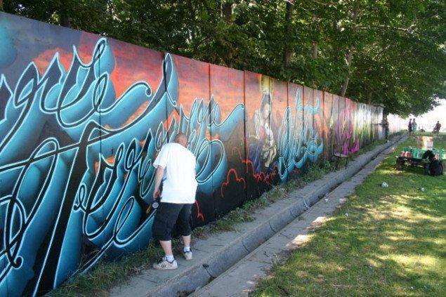 Graffitikunstnere i sving med spraydåsen. Foto: Kristian Handberg.