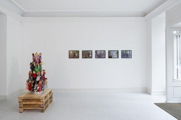 Søren Jensen: Profan Teater – jæger og dyr i skoven  2014 fra udstillingen Profan Teater  2014. Galerie Mikael Andersen. Foto: Jan Søndergård