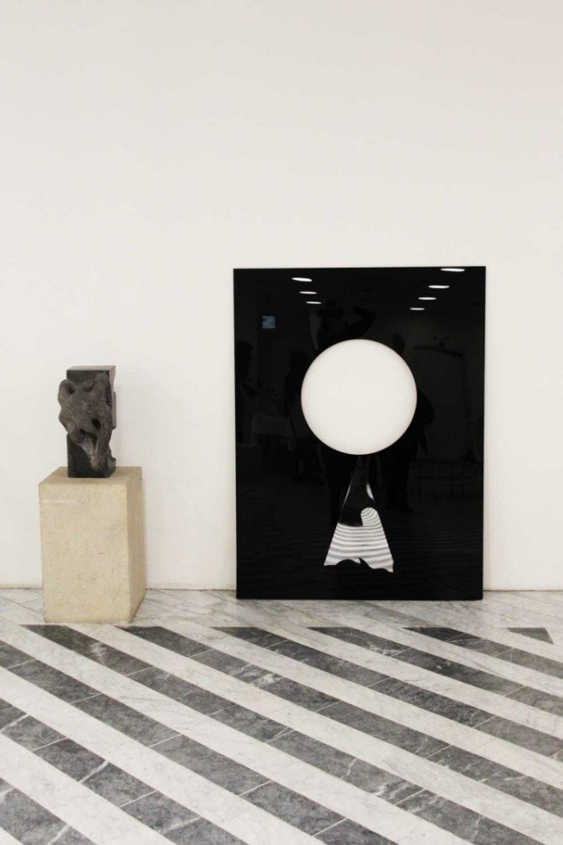 Eva Tind: Udsigten, 2012. Sort plexiglas og spejl,  119,5 x 160 cm. På Panorama, Traneudstillingen 2014. Foto: Aukje Lepoutre Ravn