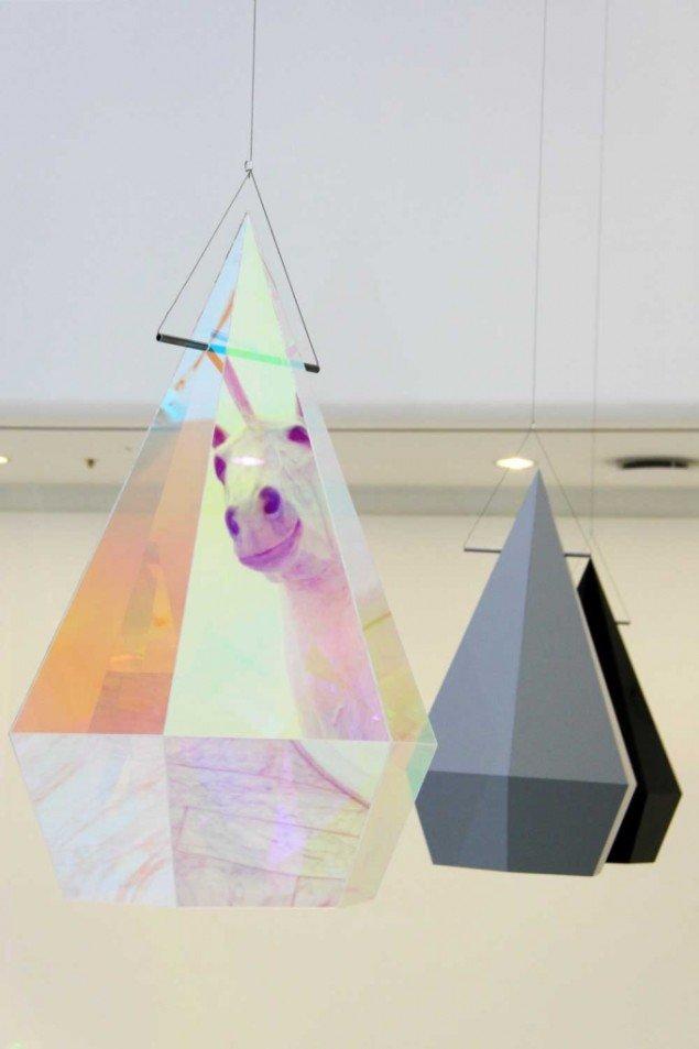 Eva Tind: Sightseeing, 2013. Plexiglas. 3 stk. prismeformede diamantskaller. På Panorama, Traneudstillingen 2014. Foto: Aukje Lepoutre Ravn
