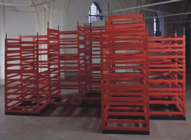 Jytte Høy: Fredens Struktur. 2003. Fra udstillingen Tankens Museum. Bemalet træ. Foto: Bent Ryberg