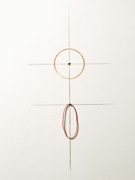 Jytte Høy: Uden titel. 1997. Fra serien TOUCH. Various small objects.  Tegning på væg, indboret cirkel, elastik, søm. Foto: Bent Ryberg