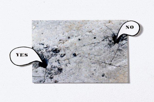 Jytte Høy: Uden titel. 1997. Fra serien TOUCH. Various small objects. Foto, papir, let-raset bogstaver. Foto: Bent Ryberg