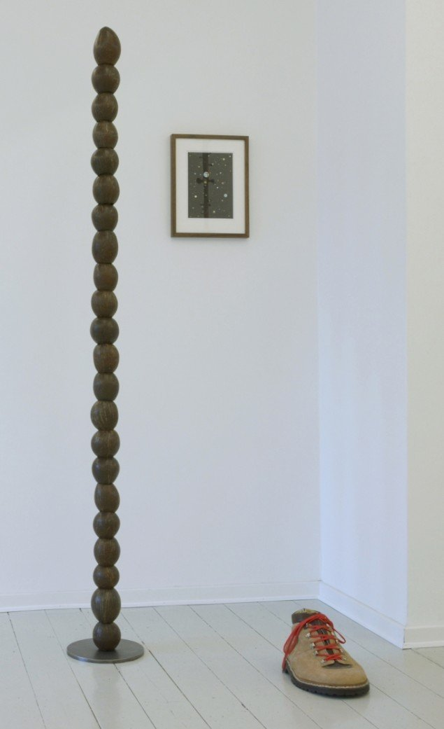 Jytte Høy:  CoCoColumn 2014 (tv.). Højde 202 cm samt Axel Lieber: The pedestal of the scupltor (alpin version) 2014. Foto: Galerie MøllerWitt
