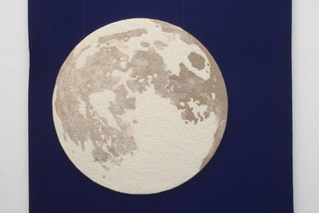 Andreas Schulenburg: Moon, 2014 (detalje). Filt, uld, polystyren, ø120 x  4 cm. Baggrundsuld 460 x 176 cm. På Way out of a one-way Mind, SPECTA 2014. Foto: Erling Lykke Jeppesen