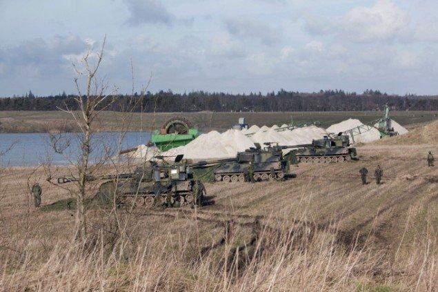 Pjecer linet op nær en grusgrav på en privat grund, hvor artilleriet har fået lov til at sætte en stilling op. Foto: Morten Barker