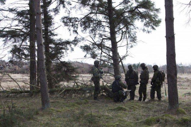 Soldater på øvelse på heden. Foto: Morten Barker