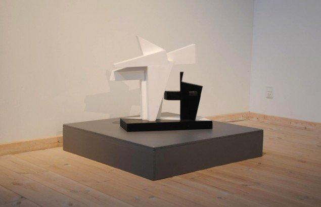 Bjarne W. Troelstrup: Big Mamma, 2011. Skulptur, bemalet træ, højde ca. 50 cm. På Mostly Black and White, Kunstpakhuset 2014. Foto: Bente Jensen