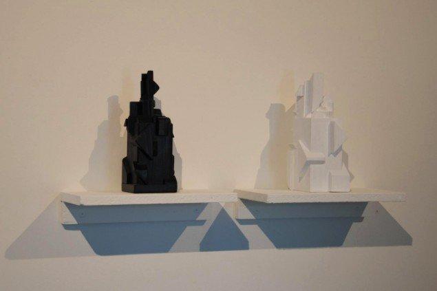 Bjarne W. Troelstrup: Totem, 2012. Skulpturer, bemalet træ, højde ca. 20 cm. På Mostly Black and White, Kunstpakhuset 2014. Foto: Bente Jensen