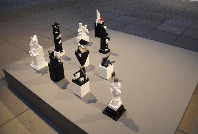 Bjarne W. Troelstrup: 10 Totem skulpturer, varierende størrelser, bemalet træ, 2012-13. På Mostly Black and White, Kunstpakhuset 2014. Foto: Bente Jensen