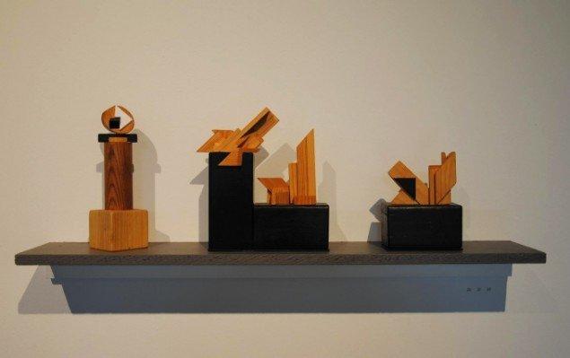 Bjarne W. Troelstrup: Totem, Duplex og Totem, tre objekter i træ, varierende størrelser, 2012-13. På Mostly Black and White, Kunspakhuset 2014. Foto: Bente Jensen