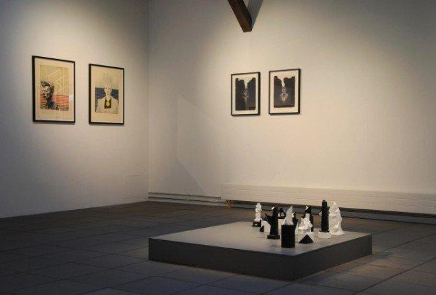 Udstillingsview, Mostly Black and White, Kunspakhuset 2014. Kasper Eistrup: litografier og Bjarne W. Troelstrup: skulpturer (Totem). Foto: Bente Jensen