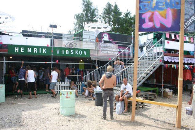 Aktivister og alternative handelsboder ved Cosmopol-scenen. Foto: Kristian Handberg.