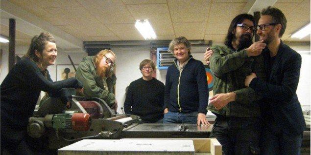 Gruppefoto af kunstnere og trykker - klar til at tage udfordringen op. Pressefoto