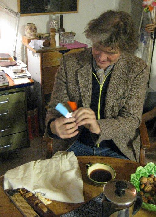 Niels H. Peitersen har valgt jubilæums-litografiets farver - og startskuddet lyder. Pressefoto