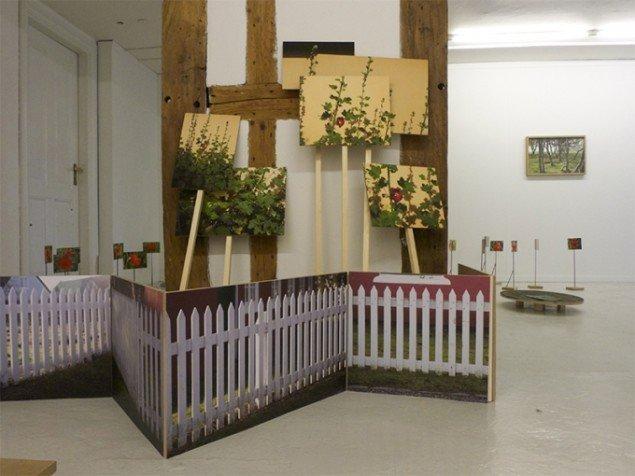 Installationsview med bl.a. værkerne Stakit og forskellige versioner af Stokroser. Foto: Bodil Sohn