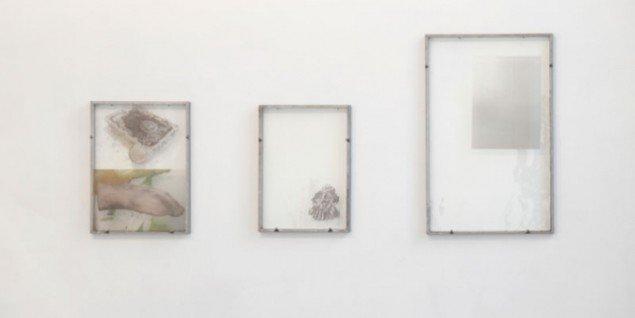 Installationsview, Matilde Duus' fotografiske værker på brændt glas. Galleri Martin Asbæk. (Pressefoto)
