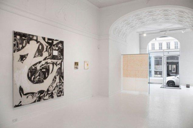 Installationsview, Ny Ung Kunst med Morten Knudsens værker (tv.). Galleri Martin Asbæk. (Pressefoto)