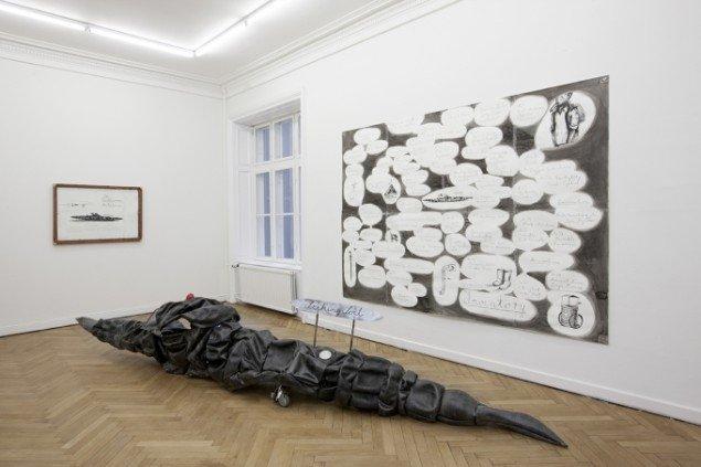 Hartmut Stockter: Earthwormambulance, 2014. Gummi, glas, messing, stål, hjul, fjedre, træ, læder, 480x85x