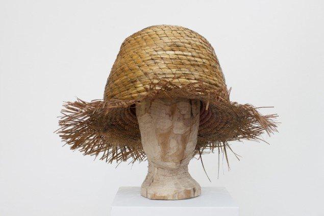 Hartmut Stockter: Beehive-Hat, 2013, nu udgave, bikube, træ, voks. Foto: Hartmut Stockter/LARMgalleri