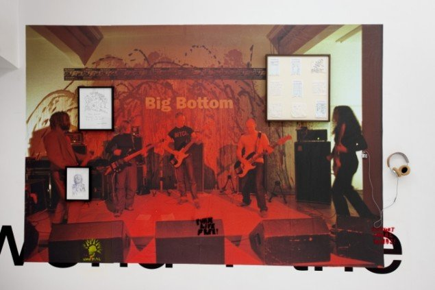 Big Bottom (foto: Mancia/Bodmer, FBM studio). Herover: Alan Vega, Daniel Johnston, Brian DeGraw. Vægtekst, Martin Creed. Graffiti, Jim Drain. Foto: Erling Jeppesen