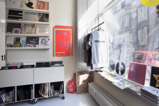 View fra The Gutter - Record store for music and ephemera by artists. David Risley Gallery, 2014. Foto: Erling Jeppesen