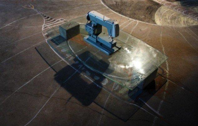 Lars Mikkes: Symaskine, 82x51 cm, symaskine, glas, betonsten, 2014. Foto:  Lars Mikkes