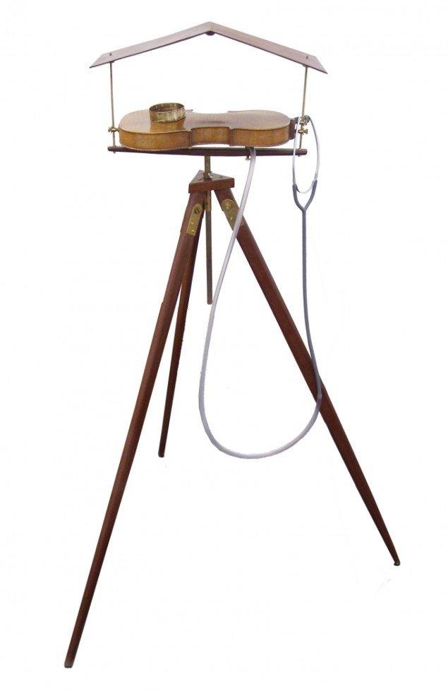 Hartmut Stockter: Aflytning af fuglefodtrin, 1998/ 2008, træ, stetoskop, violin, slange, messing. Foto: Hartmut Stockter/LARMgalleri