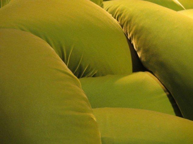 Møblerne har meget pilfingerfristende overflader. Fra sofaen Boa, 2002. Foto: Kirstine Bruun.