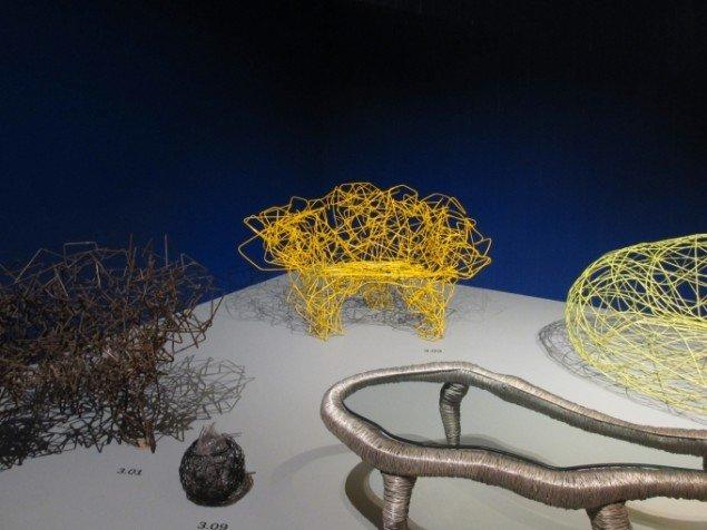 Installationsview med Fernando og Huberto Campanas designs og prototyper lavet i bl.a. aluminiumstråd, ståltråd, glas og stål. Foto: Kirstine Bruun