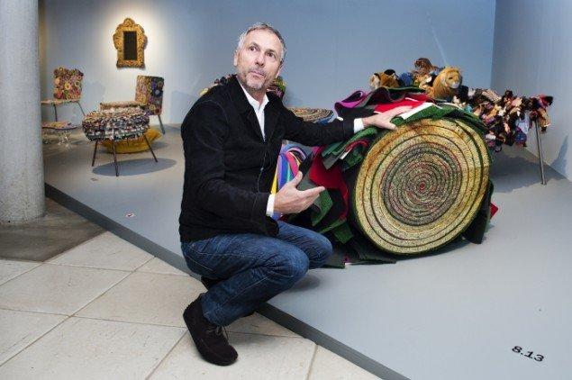 Huberto Campana demonstrerer, hvorfor en af brødrenes stole har navnet Sushi. Foto: Maria Tuxen Hedegaard