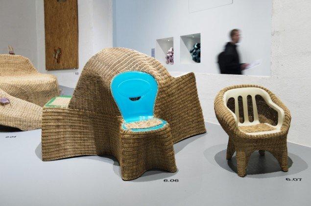Hybrider: Una famiglia, 2006, 140x87x78 cm og Café Chair, 2007, 61x53x61 cm. Begge unika af plast og rattan. Foto: Maria Tuxen Hedegaard